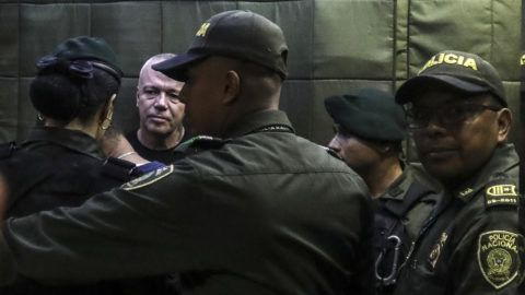 Jhon Jairo Velasquez (L), aka Popeye, Pablo Escobar's top hitman, is pictured at court after being captured in Medellin, on May 25, 2018. / AFP PHOTO / JOAQUIN SARMIENTO